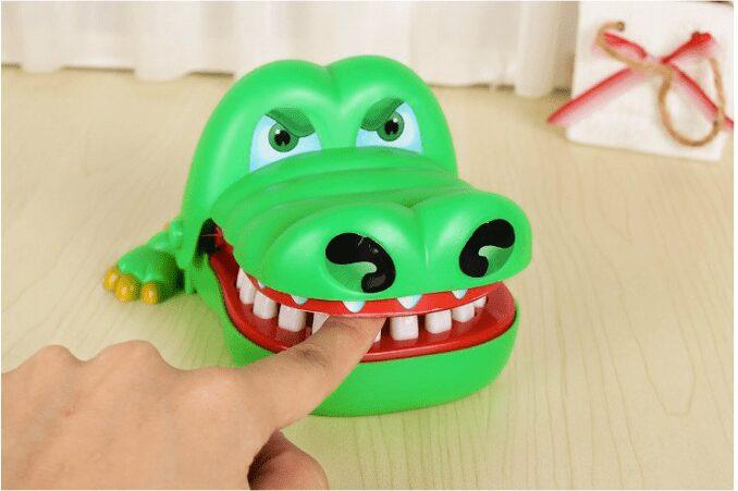 Đồ chơi khám răng cho cá sấu