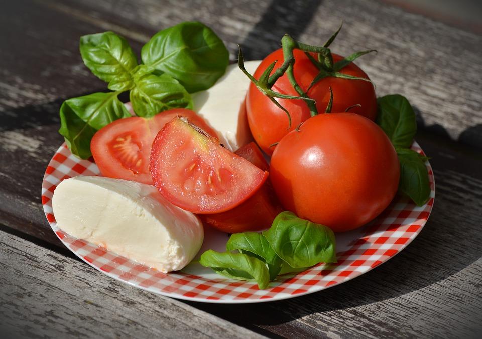 Cách làm lông chân bớt đen với cà chua